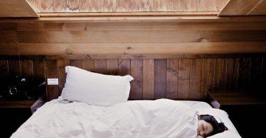 jeune femme qui drot paisiblement dans son lit